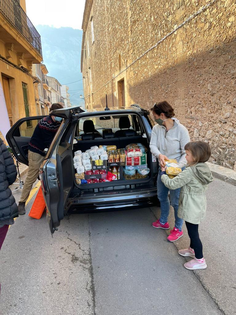 Nicky Neumann unterstützt tatkräftig die Lebensmittelausgabe von Hope Mallorca in Pollensa