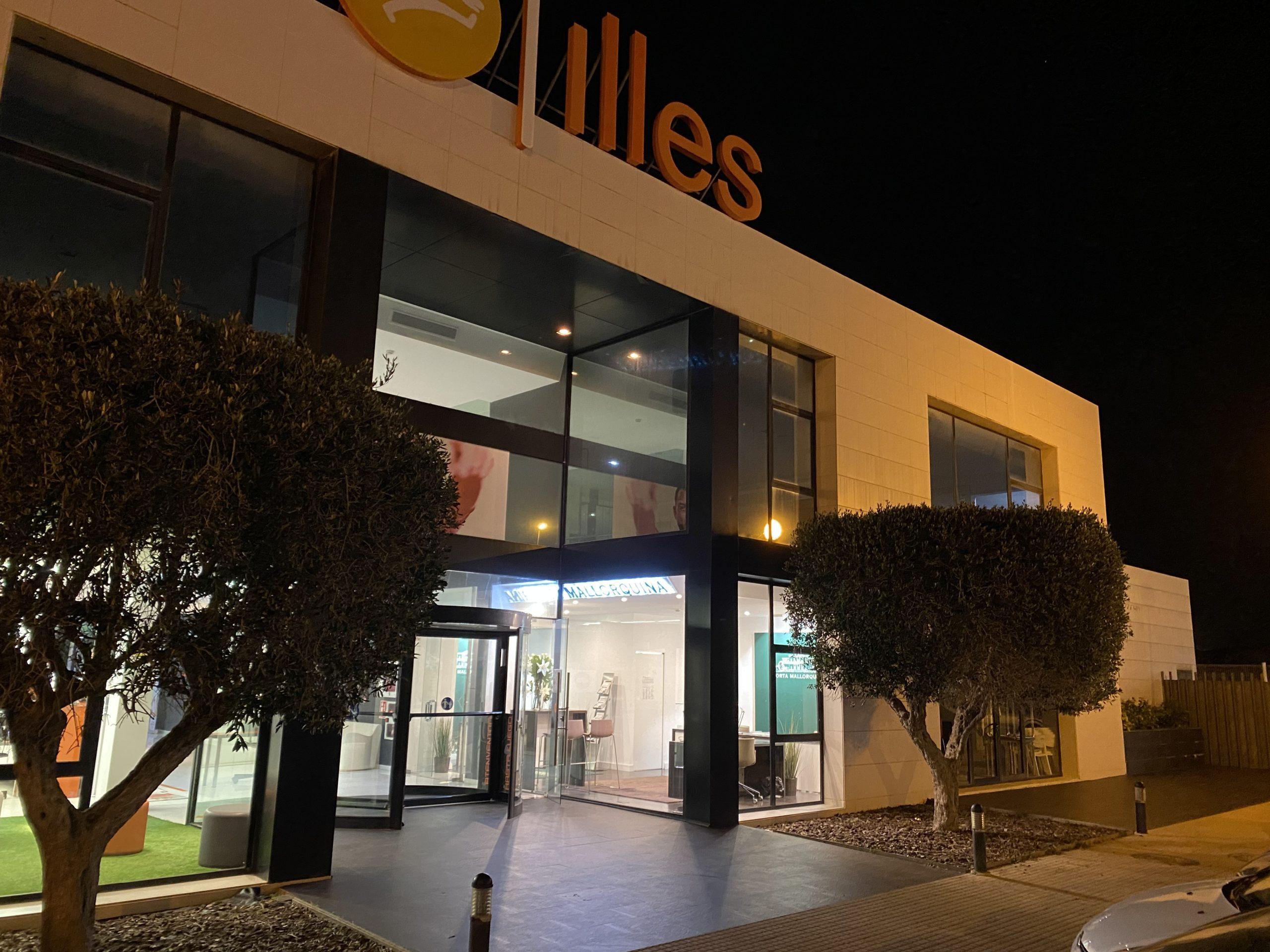 Der neue Immobilienshop von Porta Mallorquina befindet sich direkt im Eingangsbereich des bekannten Fitnessstudios Illes in der Carrer de Son Thomas 2, im bekannten Gewerbegebiet Son Bugadelles zwischen Portals Nous und Santa Ponsa.
