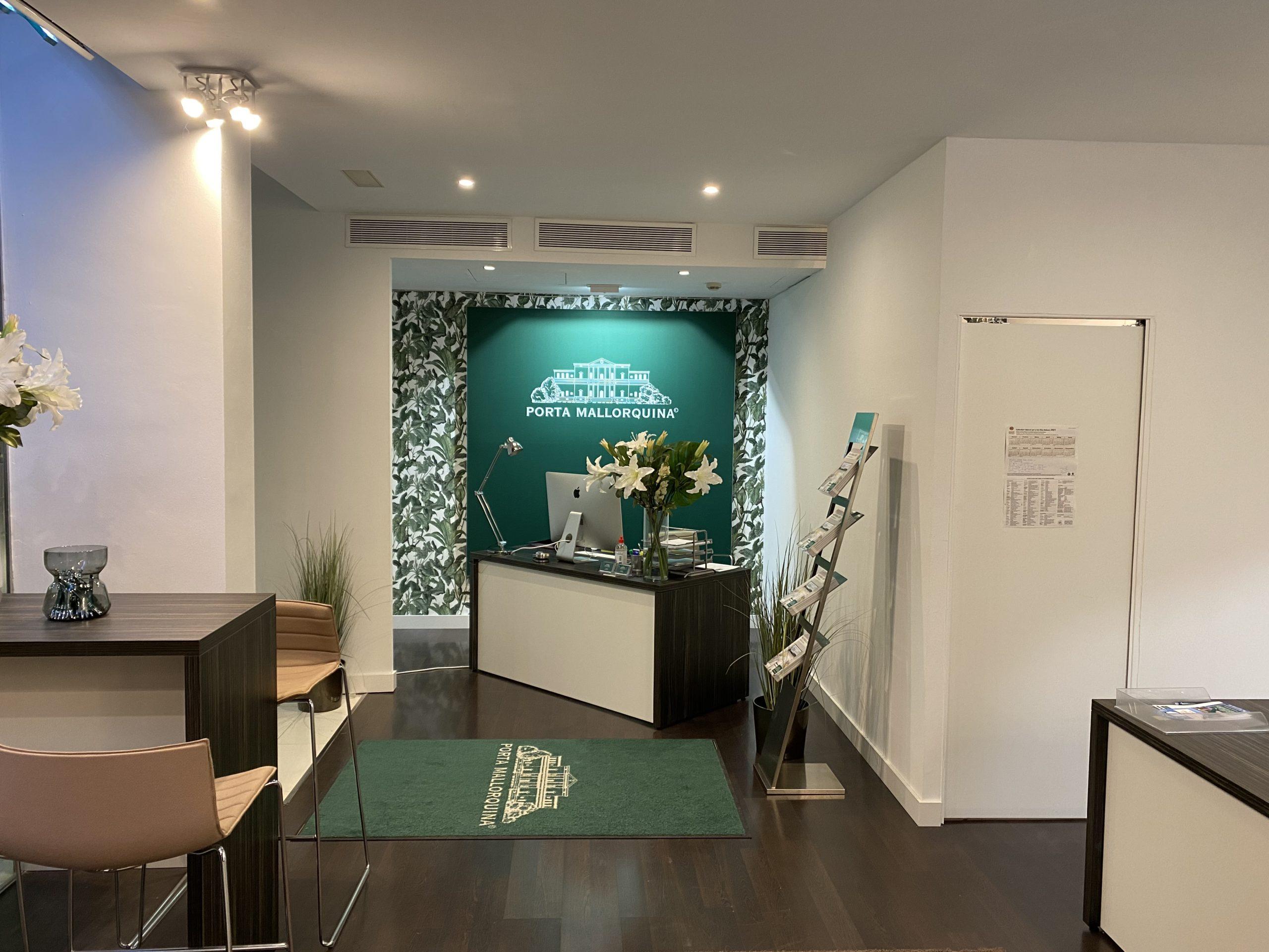 Die markante grüne Logowand ist ein typisches Merkmal aller Porta Mallorquina Shops. Aktuell ist das Immobilienunternehmen mit acht Standorten auf Mallorca vertreten.