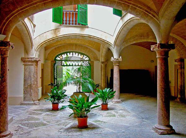 innenhof spanischer hauser lohnender seitenblick hinter den schlichten steinfassaden in palmas altstadt verbergen sich oft zauberhafte innenhafe ratsel