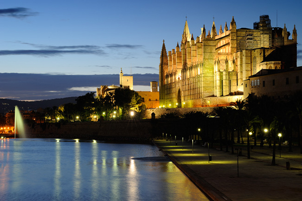 Nachtaufnahme der Kathedrale von Palma
