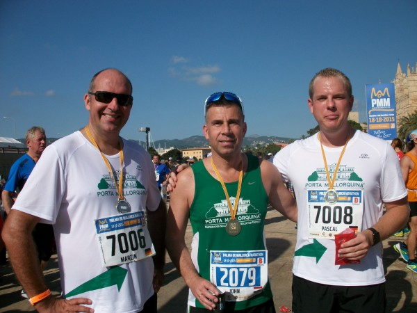 Martin Wenskus, John van Eenennaam und Pascal Heber (v.ln.r.) stolz und glücklich nach dem Lauf.