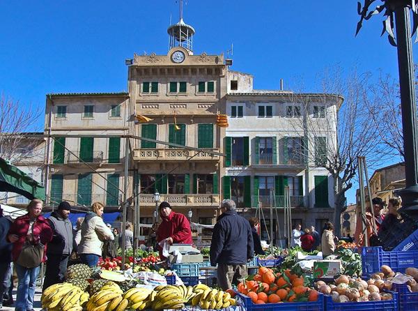 Markt mit Rathaus in Llucmayor