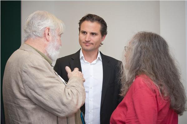 Sebastian Boelger (Mitte), Leiter der Verkaufsregion Nord, im Gespräch mit Kunden.