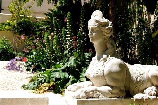 Sphinx im Garten
