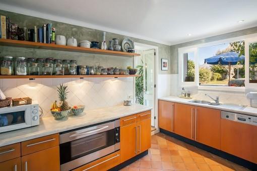 Moderne Küche mit Blick in den Garten