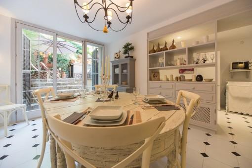 Offener Wohnbereich mit Blick in die Küche