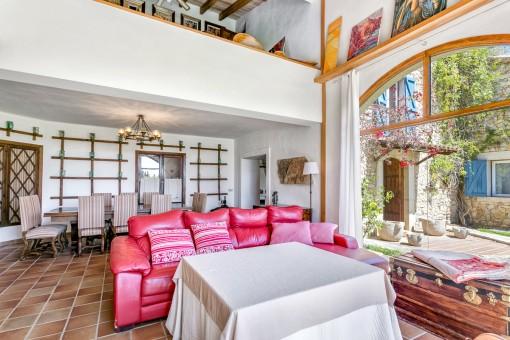 Farbenfrohes Sofa im Wohnbereich