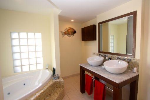 Tageslichtbadezimmer mit Badewanne