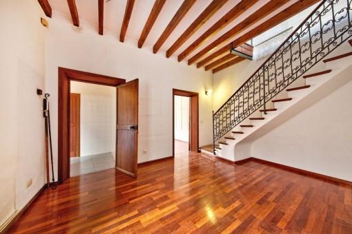 Wohnbereich und Treppenaufgang