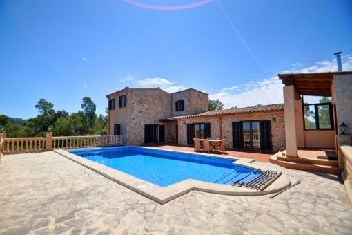 Poolbereich mit weitläufigen Terrassenflächen