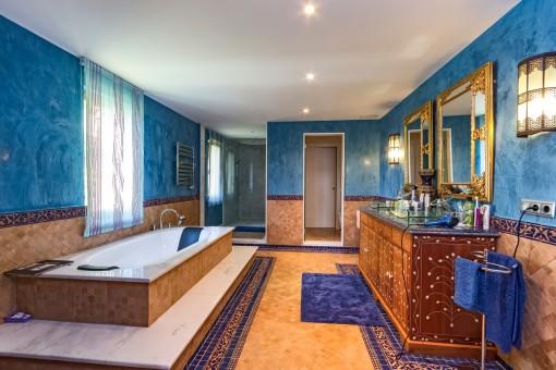 Luxuriöses Badezimmer mit großer Badewanne