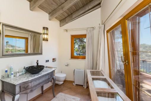 Badezimmer mit Panoramafenstern