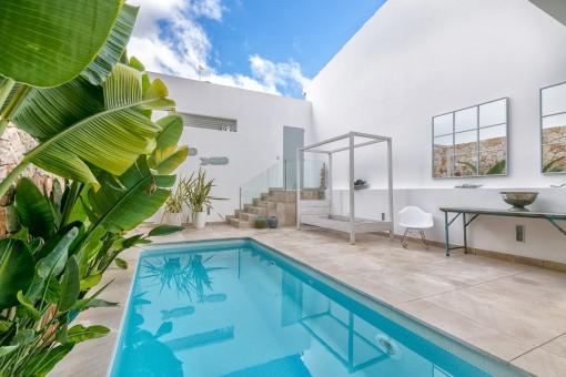 Hübscher Innenhof mit Pool