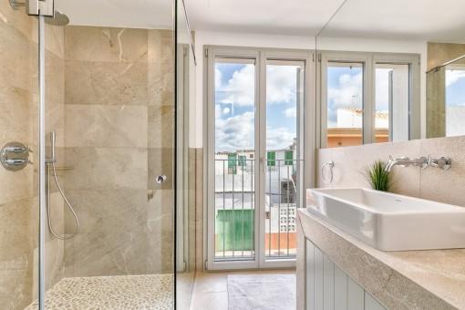 Das große Fenster versorgt das Badezimmer mit Tageslicht