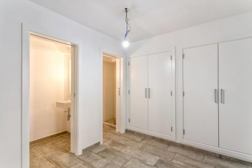 Großes Schlafzimmer mit Einbauschrank und Badezimmer en Suite
