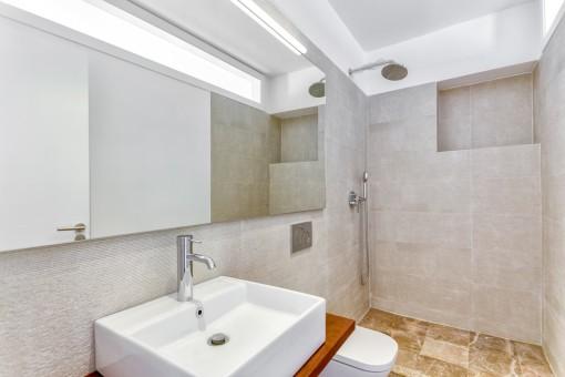 Modernes und neues Badezimmer mit Dusche