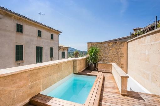 Terrasse mit reizendem Pool