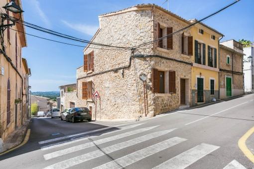 Eckhaus mit rustikaler Steinfassade