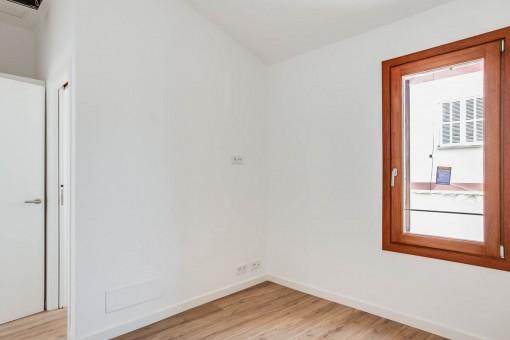 Helles Schlafzimmer mit Fenster