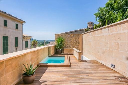 Modernes Wohnen in einem der exklusivsten Architekten-Dorfhäuser Búgers in zentraler Lage mit Pool