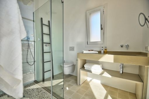 Die Badezimmer haben mallorquinische Fliesen