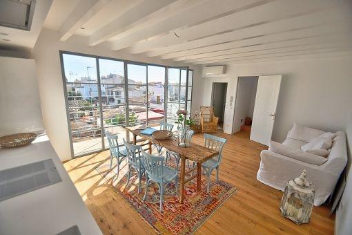 Der Wohnbereich hat große Panoramafenster und bietet Zugang zu einem Balkon