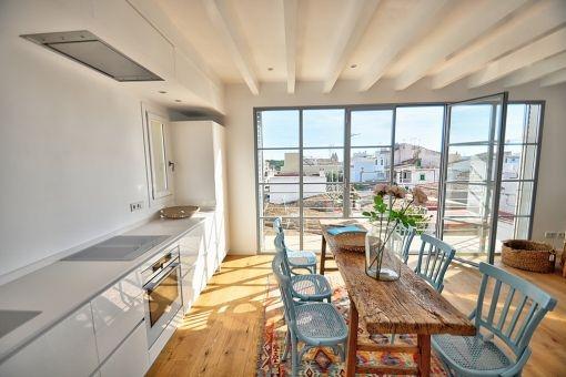 Moderne Küche und charmanter Essbereich