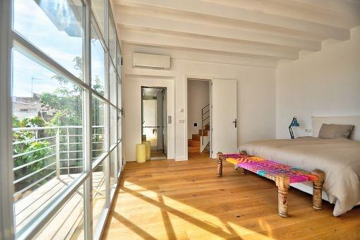 Komfortables Doppelschlafzimmer mit Balkon und Aufzug