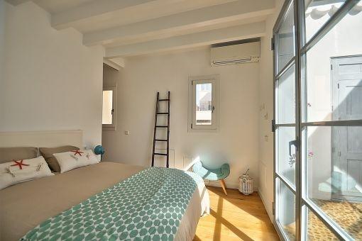 Gemütliches Doppelschlafzimmer mit Zugang zum Patio