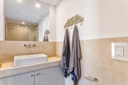 Weiteres Badezimmer mit Dusche