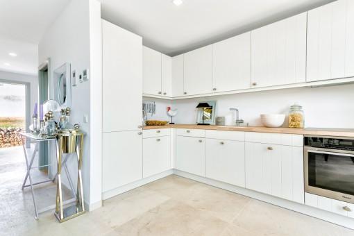 Die moderne Küche ist mit guten Geräten ausgestattet