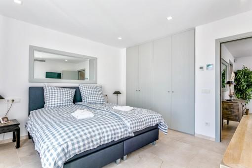 Dieses gemütliche Schlafzimmer hat einen Einbauschrank