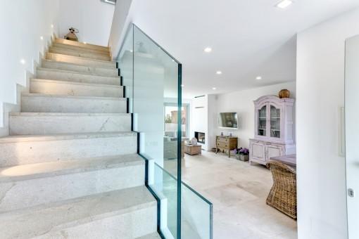 Eine Treppe führt vom offenen Wohnbereich zum Obergeschoss