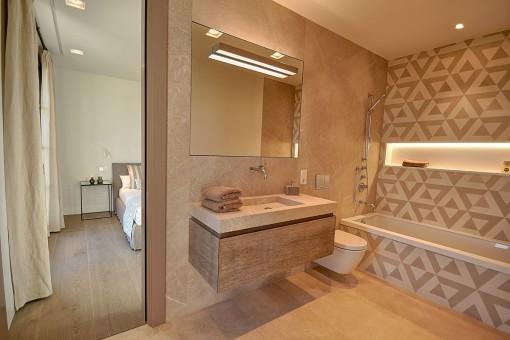Modernes Badezimmer en Suite mit Badewanne für kältere Tage