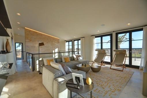 Gemütlicher Loungebereich im ersten Stock mit Terrassenzugang