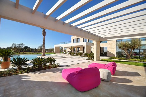Das Anwesen verfügt über einen großartigen Außenbereich mit verschiedenen Terrassen