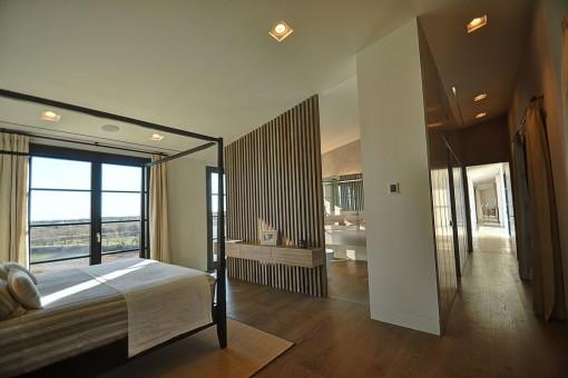 Schönes Schlafzimmer mit hochwertigen Mobiliar