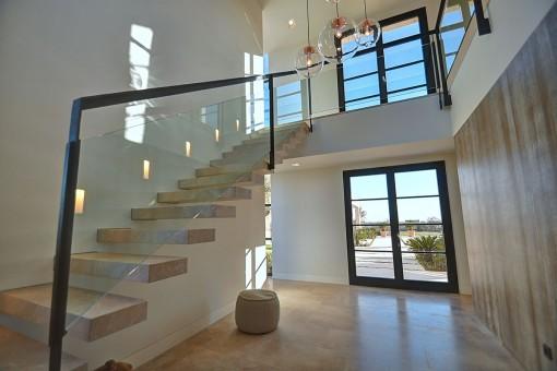 Eine Treppe führt zur Galerie im oberen Stockwerk