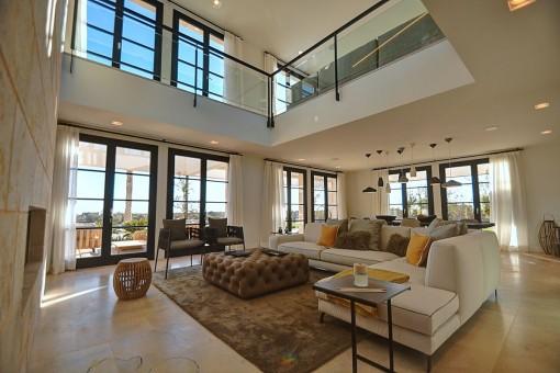 Großzügiger Wohn-und Essbereich mit einer breiten Galerie