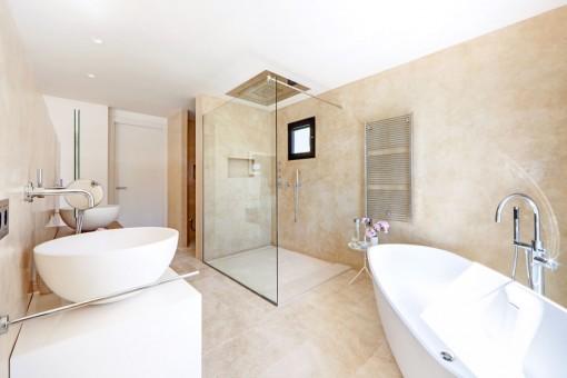 Eines von 4 luxuriösen Badezimmern