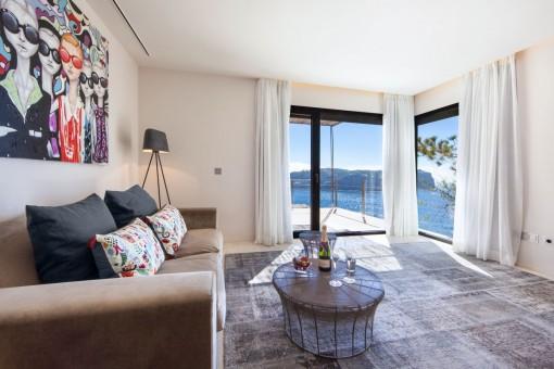Das Schlafzimmer hat einen Loungebereich mit hervorragenden Ausblick