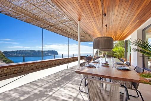 Wundervolle Terrasse mit Essbereich und Meerblick