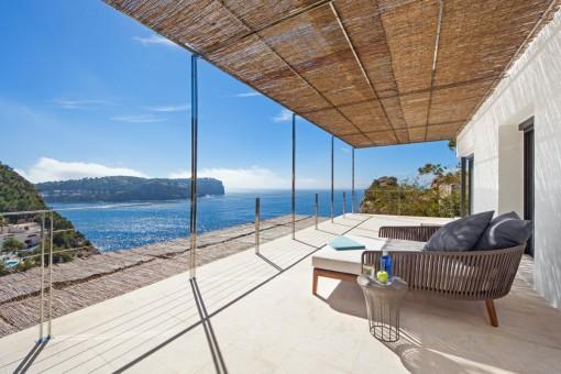 Loungebereich auf der oberen Terrasse mit atemberaubenden Meerblcik