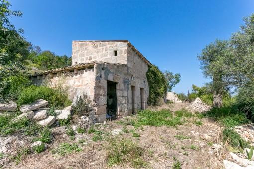 Die alten Ruinen wurden auf dem höchsten Punkt des Grundstücks errichtet