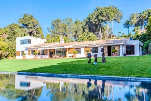 Teilrenovierte Villa mit tollem Blick, direkt am Golfplatz von Son Vida. Einzigartig im Design!