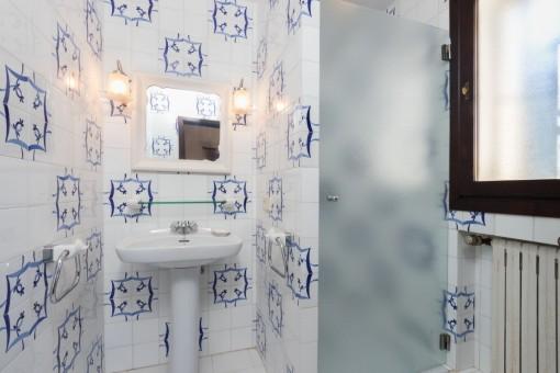 Eines von 4 Badezimmer mit Heizung