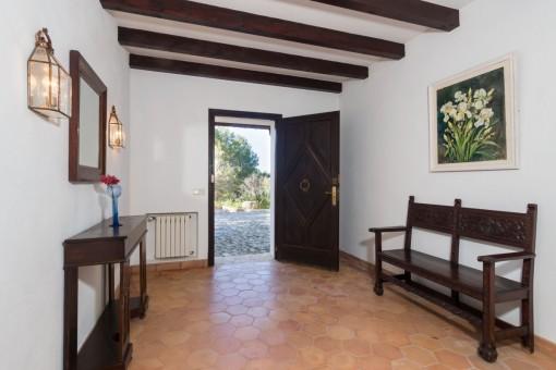 Eingangsbereich mit Holzdeckenbalken