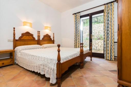 Helles Doppelschlafzimmer mit Terrassenzugang
