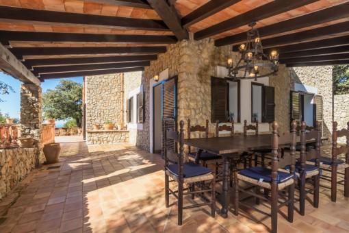 Großer Esstisch auf der überdachten Terrasse